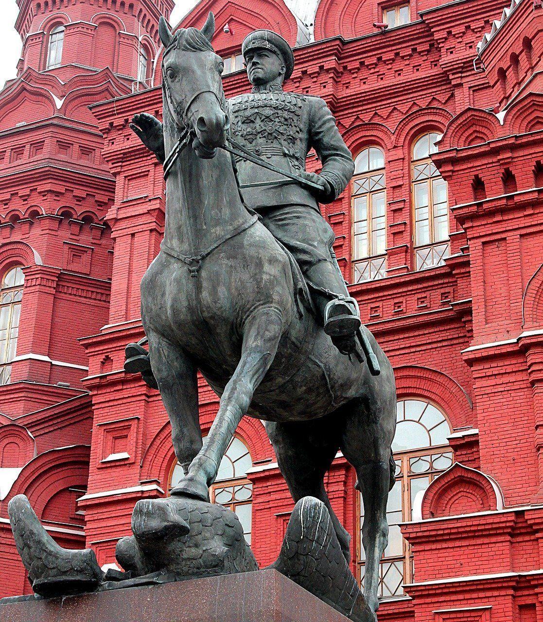 Plaza del Manezh con la estatua del mariscal Gueorgui Zhúkov