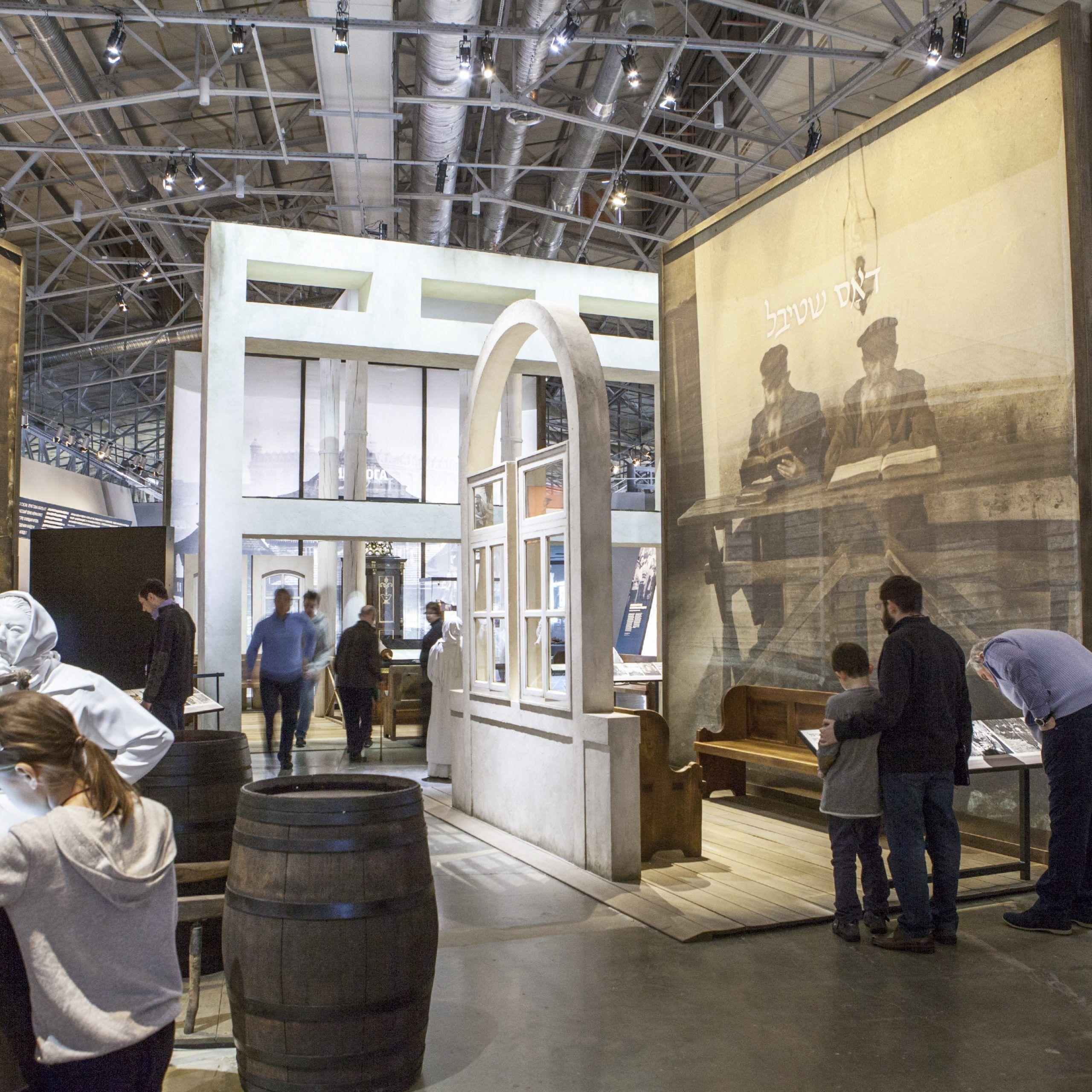 Recorrido por el interior del museo judío y centro de la tolerancia.