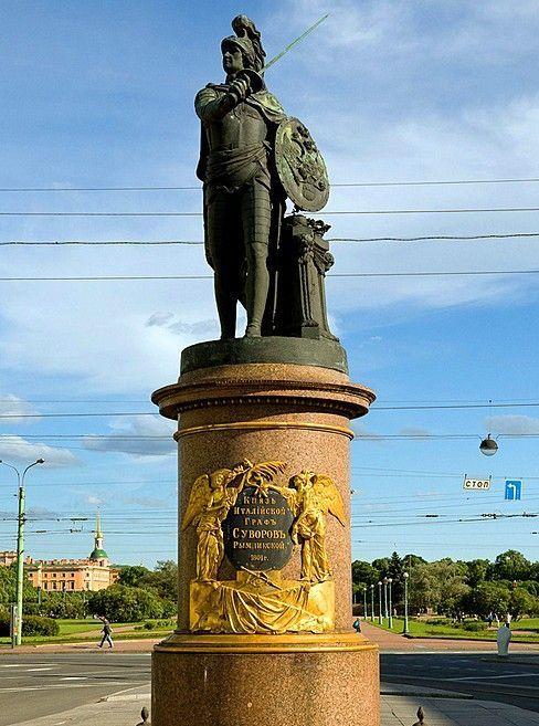 Plaza y monumento a Suvórov