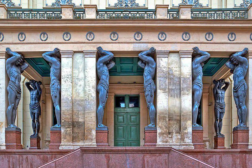 Nuevo Hermitage y puerta de los Atlantes