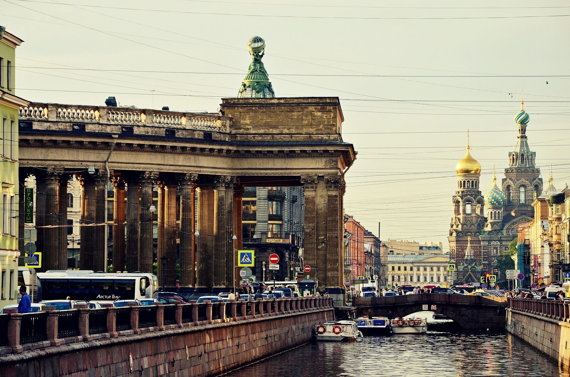 Rivera del canal Grivoyédov y exteriores de la Catedral de la Sangre Derramada