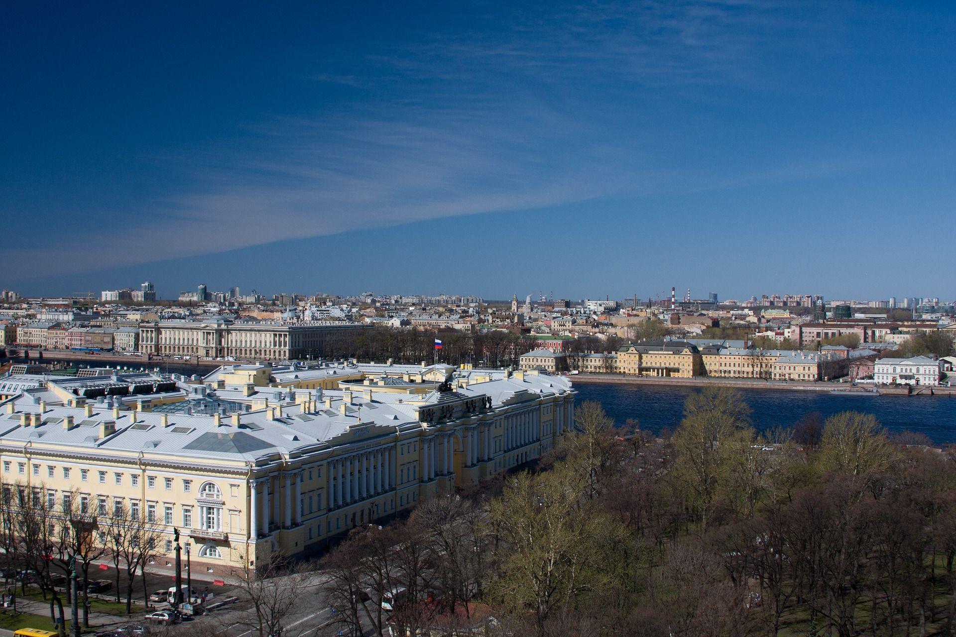 El edificio y la plaza del Senado