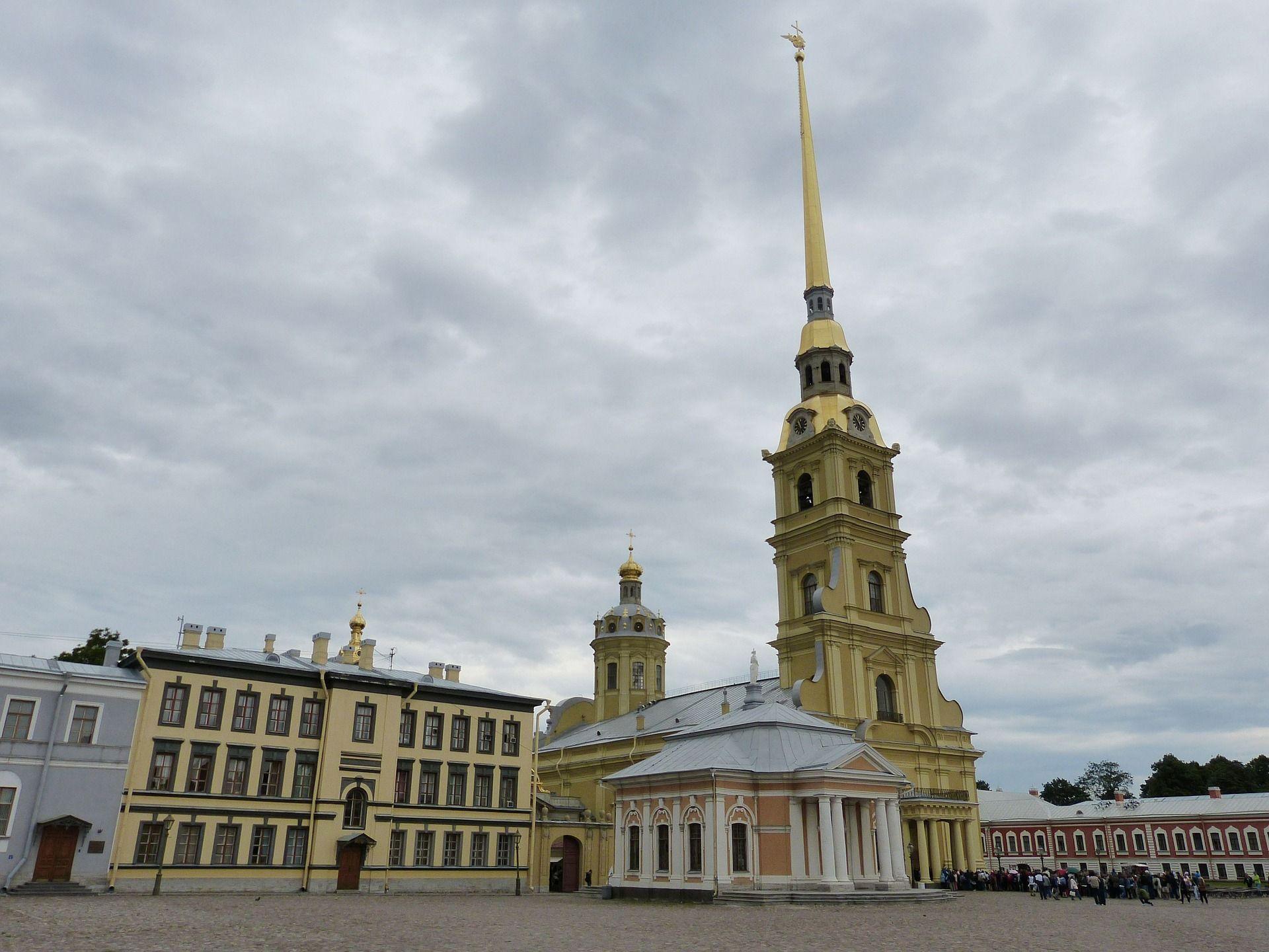 Acceso a la catedral de San Pedro y  San Pablo